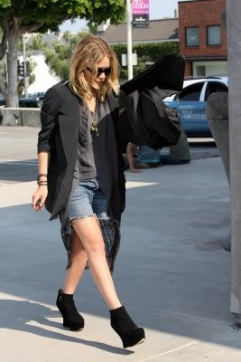 10402_Celebutopia-Mary-Kate_Olsen_in_jean_shorts_in_Hollywood-15_122_204lo.jpg
